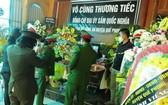 岑國義大尉的同僚們在其靈位前上香哀悼。