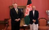 美國塔利班和約:美國國務卿蓬佩奧(左)3月23日與阿富汗總統加尼會面,美國正進行斡旋工作,推進阿富汗和平進程。(圖源:路透社)