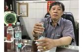 鍾世強醫師示範把白酒和清水溶合動作。