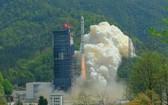 北京時間3月24日11時43分,中國在西昌衛星發射中心用長征二號丙運載火箭,成功將遙感三十號06組衛星發射升空。(圖源:中新網)