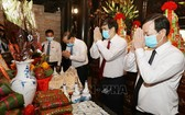 富壽省領導在雒龍君國祖祠堂上香緬懷國祖雒龍君。