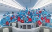 從烏克蘭乘搭波音787夢幻客機回國的越南旅客。(圖源:VNA)