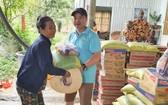 第九郡高新技術園區保安隊隊長阮江山向貧困民眾贈送禮物。