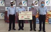 平陽台商會代表將善款及抗疫物資交給平陽省殘疾孤兒輔助會。