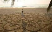 在沙灘上練習瑜伽。