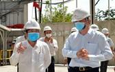 阮成鋒主席(左)在工地指導防疫工作。(圖源:越勇)