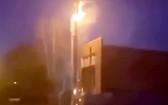 英國默西塞德郡的一座5G信號塔遭人放火破壞。(圖源:視頻截圖)