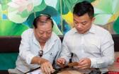 """多次向""""西堤華人文化陳列室""""捐贈珍貴資料與實物的第六郡劉植仁先生(左)。"""