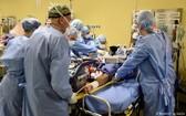 意大利米蘭San Raffaele醫院的醫護人員正為一名新冠肺炎危重症患者進行搶救。(圖源:路透社)