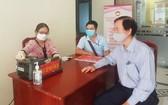 3號電力工程建設諮詢股份公司代表到市越南祖國陣線委員會辦公室向新冠肺炎 疫情防控工作捐助1億元。