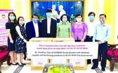 新華集團越南總監蔡卓思代表集團向本市市政府捐贈抗疫物資。