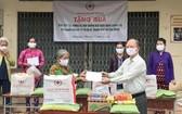 盧耀南理事長在古芝縣給貧困者贈送禮物。