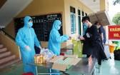 圖為隔離者在隔離區免費領取食品和日用品。(圖源:田升)
