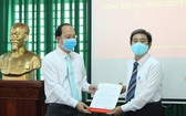 市委組織處主任阮胡海(左)向武仕同志頒發人事委任《決定》。(圖源:梅花)