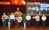 峴港市委常務處公佈黨中央書記處核准2015-2020年任期峴港市黨部執委會委員的《決定》。(圖源:D. Hùng)