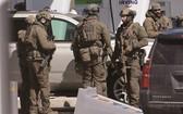 19日,在加拿大新斯科舍省,警察在一處加油站準備採取行動。(圖源:AFP)