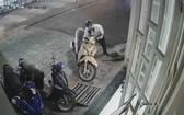 監視器記錄歹徒偷竊武成全摩托車的畫面。