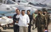 4月12日,朝鮮領導人金正恩視察朝鮮西部地區航空與防空師所屬殲襲機團。