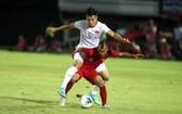 越南隊文厚(白衣)在客場以3比1取勝印尼隊的瞬間。(圖源:互聯網)