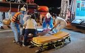 菲律賓籍船員獲送至頭頓市一所醫院救治。(圖源:Vietnam MRCC)