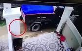 監控視頻顯示,站在車後的一名男童(紅圈示)不幸遭卡車倒車時輾壓當場死亡。(圖源:視頻截圖)
