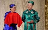 藝人忠民(左)與俊魁在Idecaf舞台上演《雍村》話劇。