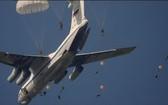 俄羅斯國防部副部長耶夫古洛夫26日宣佈,俄空降兵部隊完成世界上首次北極萬米高空跳傘。(圖源:互聯網)