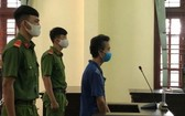 被告人阮文海站在被告席上聽取審判員宣讀判決書。(圖源:H.N)