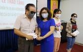 胡氏夢秋副主任向視障人士贈送現金。