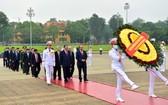 政府總理阮春福率領黨、國家領導晉謁胡志明主席陵。(圖源:VGP)