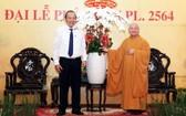 政府常務副總理張和平(左)親往本市第三郡明道寺探望並祝賀越南佛教教會理事會主席釋善仁和尚。(圖源:越通社)