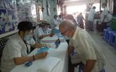 上百位貧病者前來第五郡東醫會慈善診所求診。