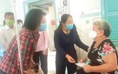 市領導親至平陽省檳申麻風病醫療區親切探望正在接受治療的患者,體貼慰問並贈送禮物。(圖源:淮南)