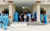 81名回國的同胞抵達機場後獲送至集中隔離區並辦理健康申報手續。(圖源:越通社)