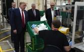 當地時間5月5日,美國總統特朗普在亞利桑那州一家口罩工廠參觀時,無視工廠車間的提示,在沒有戴口罩的情況下進行了視察活動。(圖源:路透社)