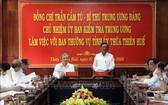 中央檢查委員會主任陳錦秀(中右)在會議上發表講話。(圖源:越通社)