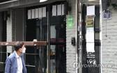 5月8日下午,首爾市民路過龍山區梨泰院一家娛樂場所。(圖源:韓聯社)