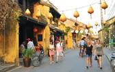 遊客參觀會安古埠。(圖源:互聯網)