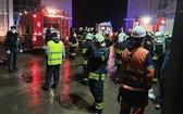 消防隊聞訊後趕抵現場,展開滅火和營救行動。(圖源:莫斯科時報)