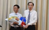 陳光草同志(左)從市人委會常務副主席黎清廉手中接過人事委任《決定》和祝賀鮮花。(圖源:進龍)