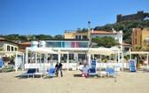 當地時間4月24日,意大利一海灘俱樂部的工人戴著口罩和手套為度假區的重新開業做準備。意大利總理孔特表示,從5月4日開始,該國將正式進入抗疫第二階段,重啟全國經濟。(圖源:路透社)