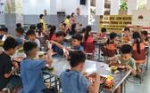 Bento飲食館於昨(16)日上午組團前往探望平陽省故鄉人道中心的孤兒。