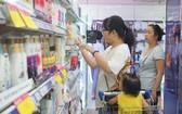 市民在超市購物。