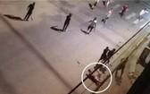 兩夥青年因發生爭執導致互毆,手持利器在一陣亂砍混戰中,一名青年(白圈示)不幸被砍斷手臂倒地,隨後獲送醫院搶救,但其後不治身亡。(圖源:視頻截圖)