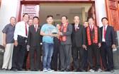 張氏大宗祠理事長張敬明(前排右四)與理事同仁代表向「西堤華人文化陳列室」贈送精美琉璃瓦片。