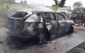 全被燒毀只剩框架的汽車。(圖源:秋賢)