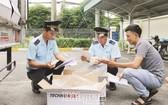 同奈省海關局所屬邊和海關分局公務員檢查進出口商品。(圖源:海關報)