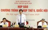 國會辦公廳主任阮幸福(中)出席新聞發佈會並發表演講。(圖源:Quochoi.vn)