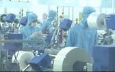 太原省Samju Vina公司的工人們在上班期間都佩戴口罩,經常洗手消毒。