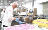 亞洲餅家主理人高肇力生產火龍果麵包。